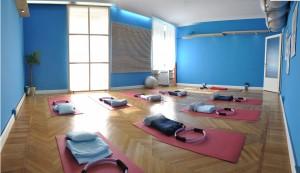 Lezioni di gruppo di yoga e postural pilates in studio